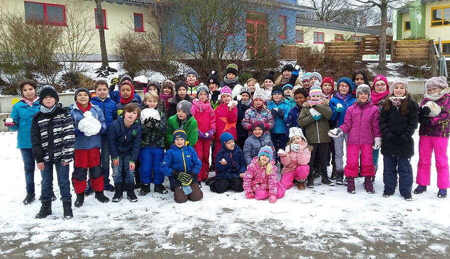 Auf dem Schulhof im Schnee